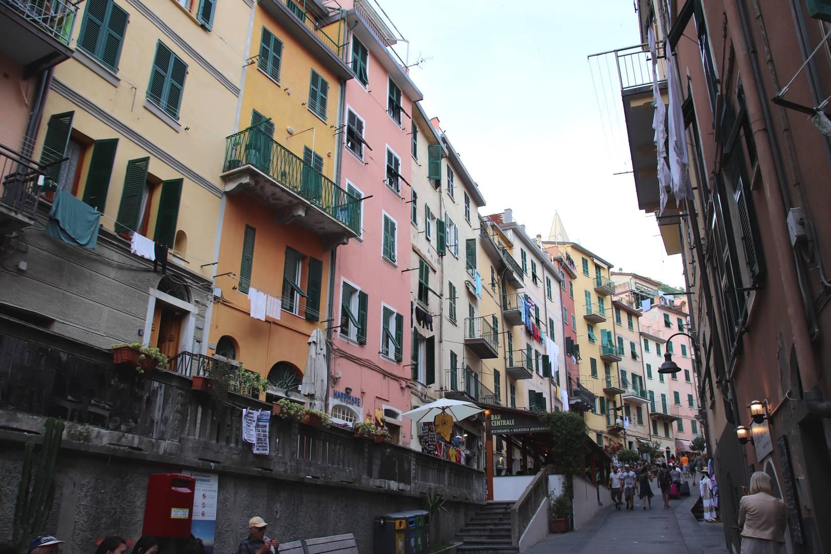 Italie - Rue principale du village de Riomaggiore au parc des Cinque Terre
