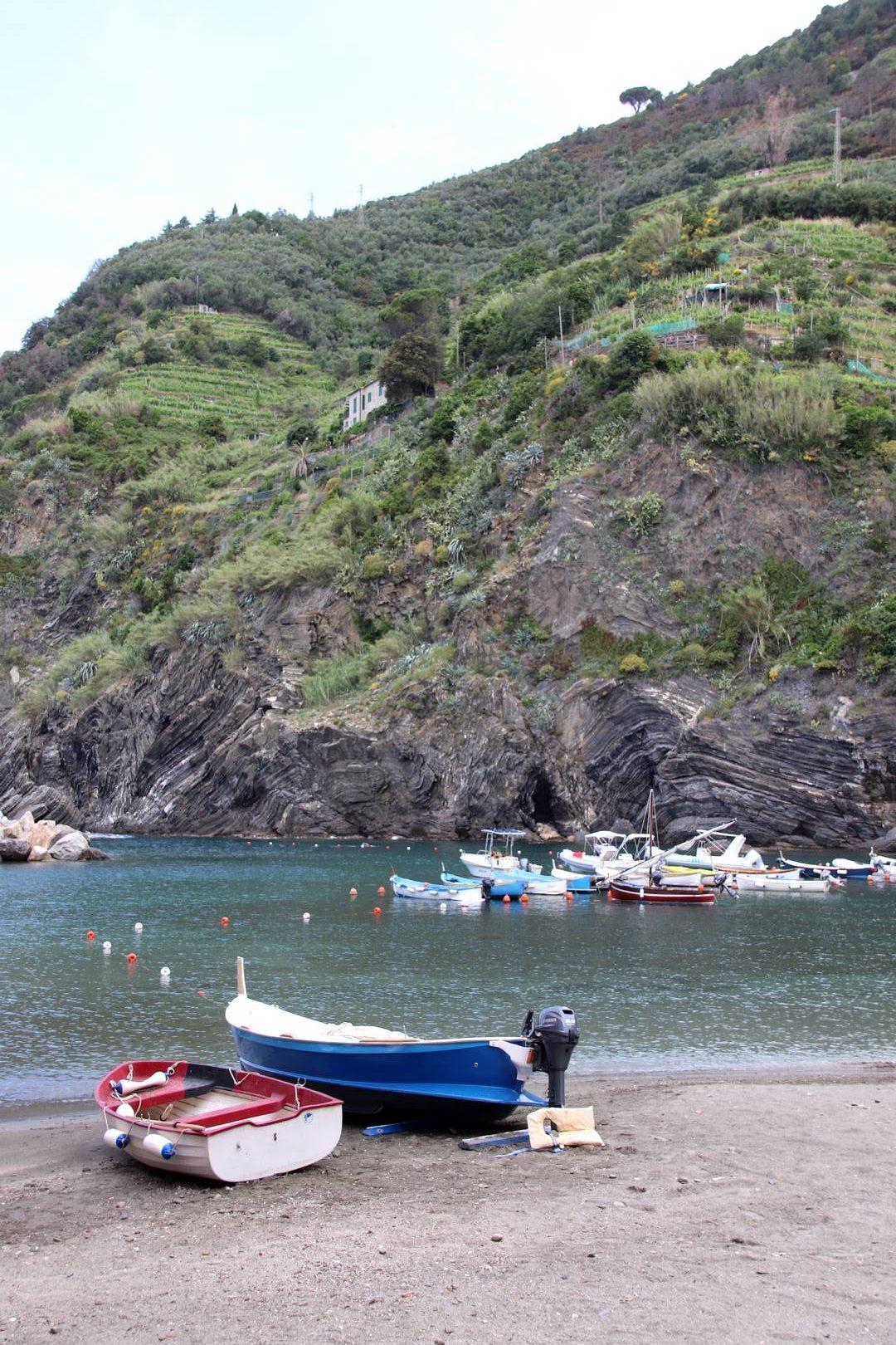 Italie - Bateaux dans le port du village de Vernazza, parc des cinque terre