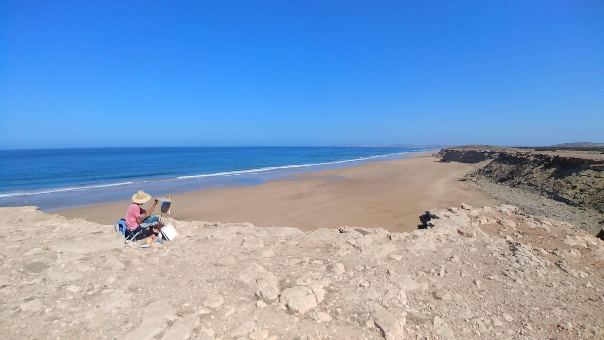 Maroc - Le peintre face à la plage à Essaouira