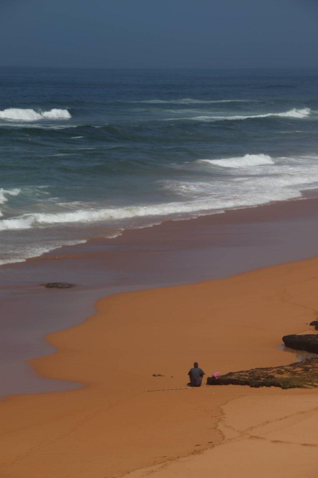 Maroc - Pêcheur sur une plage sauvage à Oualidia