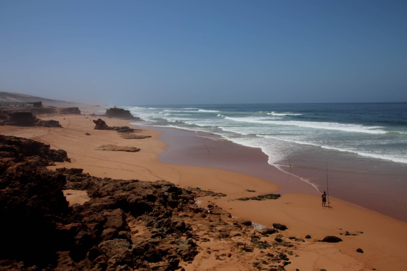 Maroc - Pêcheurs sur une plage sauvage à Oualidia