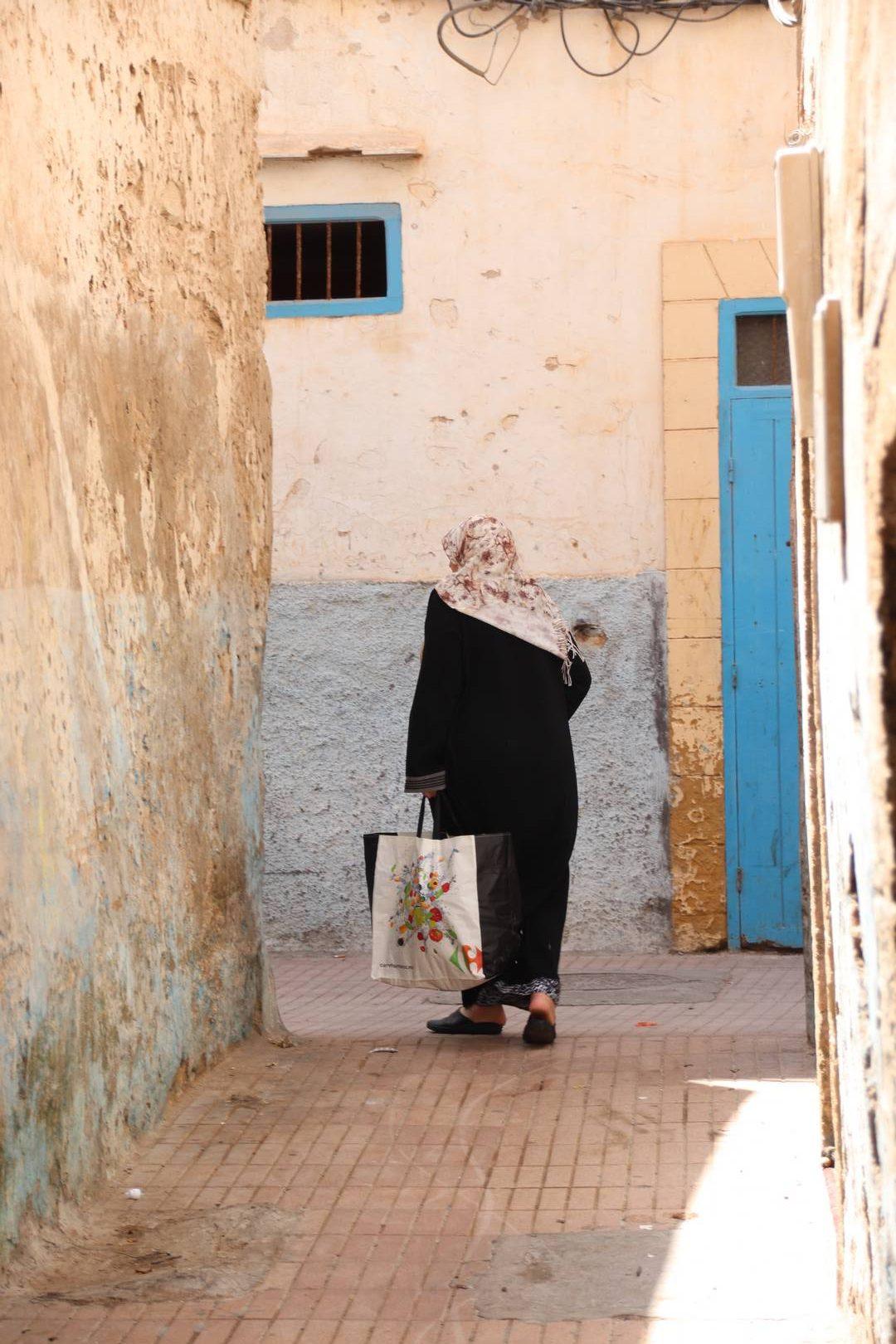 Maroc - Femme dans la médina à Essaouira