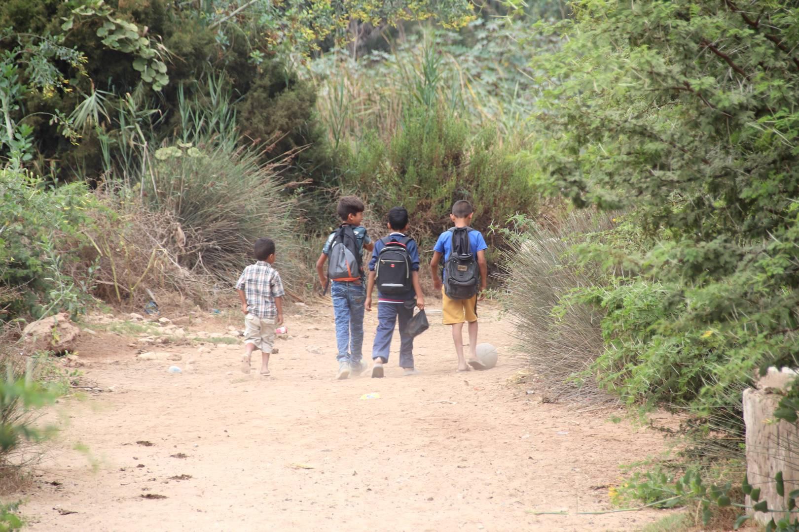 Maroc - Les enfants vont à l'école dans l'oasis Ain Lahdjar à côté d'Essaouira